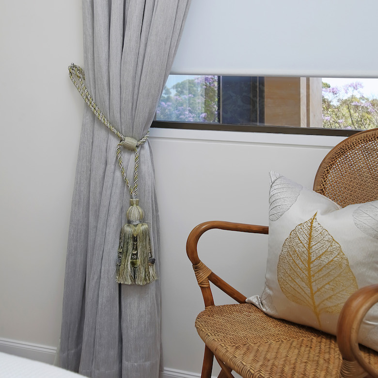 Curtain tie back with tassels