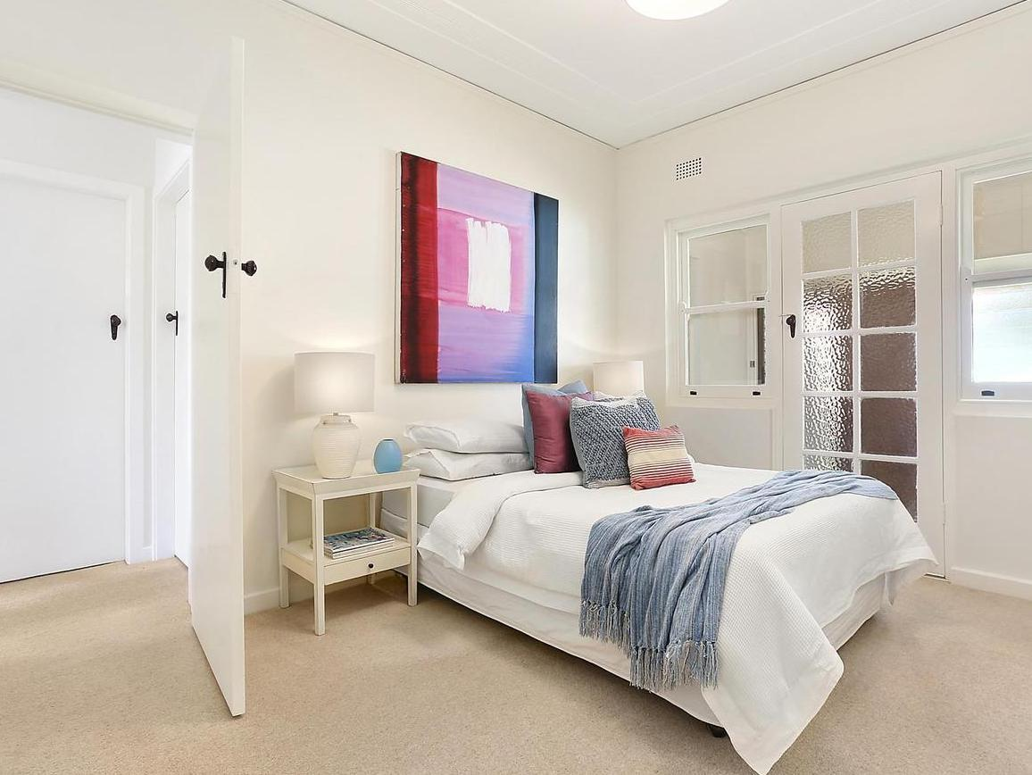 Guest bedroom in white and blue